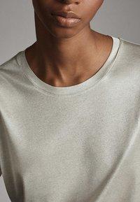 Massimo Dutti - LAMINIERTES T-SHIRT 06800502 - Basic T-shirt - silver - 4