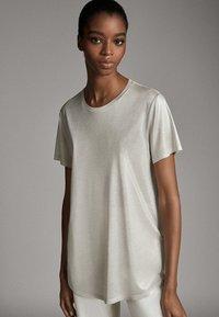 Massimo Dutti - LAMINIERTES T-SHIRT 06800502 - Basic T-shirt - silver - 1