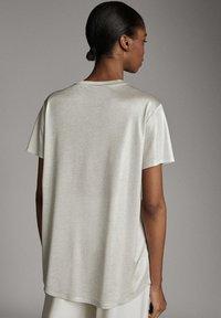 Massimo Dutti - LAMINIERTES T-SHIRT 06800502 - Basic T-shirt - silver - 2