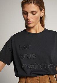 Massimo Dutti - BAUMWOLLSHIRT HER TRUE INSPIRATION 06820551 - Print T-shirt - dark grey - 3