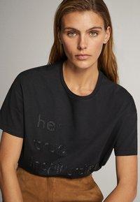 Massimo Dutti - BAUMWOLLSHIRT HER TRUE INSPIRATION 06820551 - Print T-shirt - dark grey - 2