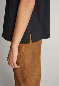 Massimo Dutti - BAUMWOLLSHIRT HER TRUE INSPIRATION 06820551 - Print T-shirt - dark grey - 4