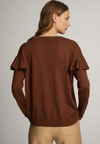 Massimo Dutti - MIT BATEAU-AUSSCHNITT UND VOLANTDETAIL  - Long sleeved top - brown - 2