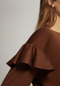 Massimo Dutti - MIT BATEAU-AUSSCHNITT UND VOLANTDETAIL  - Long sleeved top - brown - 4