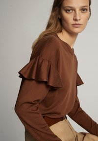 Massimo Dutti - MIT BATEAU-AUSSCHNITT UND VOLANTDETAIL  - Long sleeved top - brown - 5