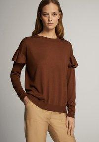 Massimo Dutti - MIT BATEAU-AUSSCHNITT UND VOLANTDETAIL  - Long sleeved top - brown - 3