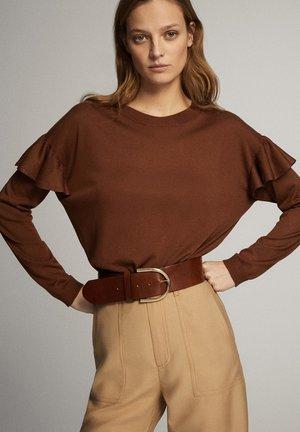 MIT BATEAU-AUSSCHNITT UND VOLANTDETAIL  - Maglietta a manica lunga - brown