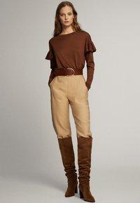 Massimo Dutti - MIT BATEAU-AUSSCHNITT UND VOLANTDETAIL  - Long sleeved top - brown - 1