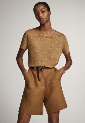 MIT TASCHE  - T-shirt basic - ochre