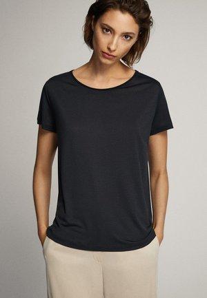 MIT DETAIL AM HALSAUSSCHNITT  - Basic T-shirt - blue/black