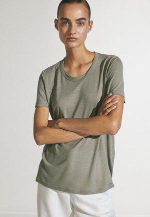 MIT RUNDAUSSCHNITT  - Basic T-shirt - green