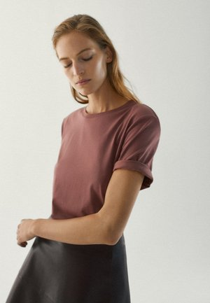 MIT SCHULTERPOLSTERN  - Basic T-shirt - bordeaux