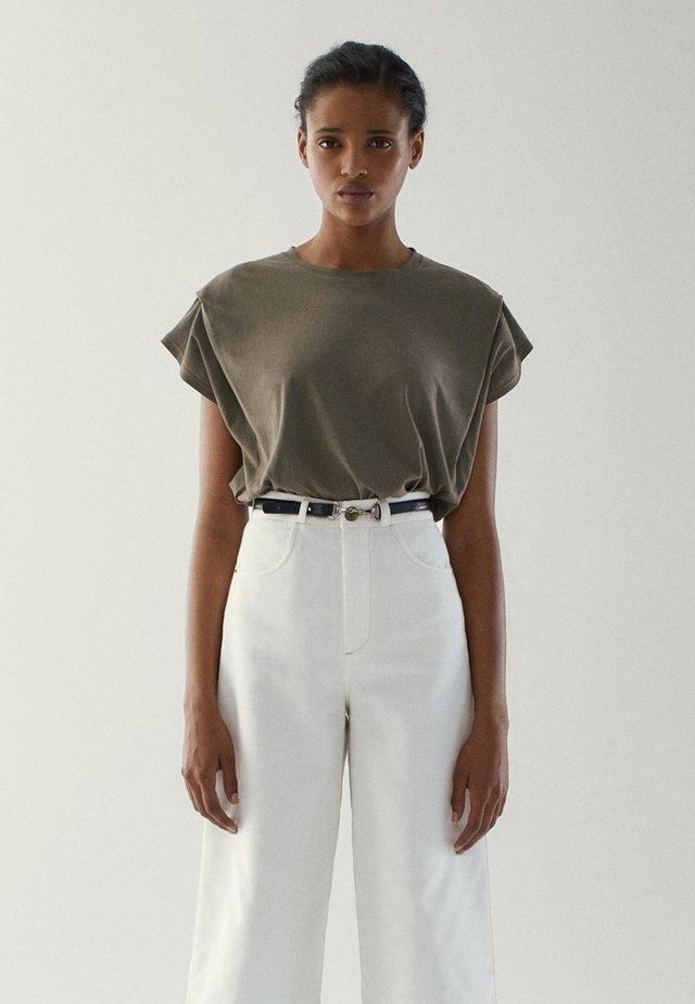 MIT ZIERFALTEN AN DEN SCHULTERN - T-shirts basic - khaki