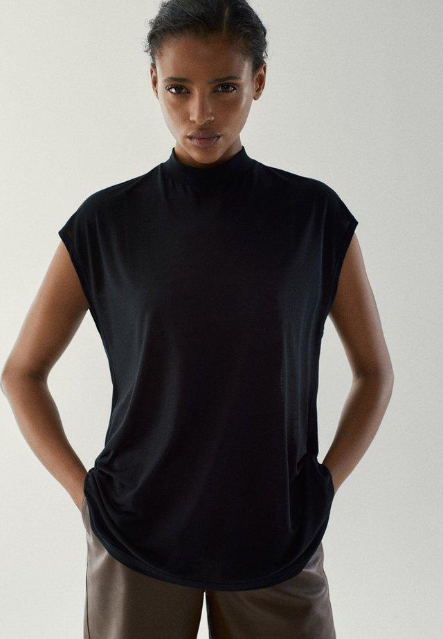 MIT GERIPPTEM STEHKRAGEN - T-shirts basic - black