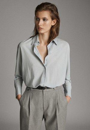 MIT KNÖPFEN UND RÜCKENPASSE  - Button-down blouse - grey