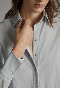 Massimo Dutti - MIT KNÖPFEN UND RÜCKENPASSE  - Overhemdblouse - grey - 5