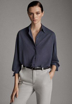 MIT KNÖPFEN UND RÜCKENPASSE  - Button-down blouse - blue