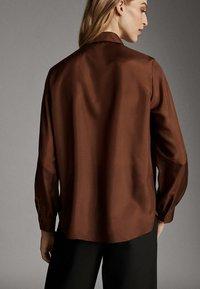 Massimo Dutti - MIT RAFFUNG AN SCHULTERN  - Bluser - brown - 1