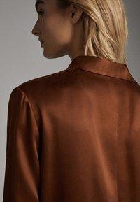Massimo Dutti - SATINIERTES HEMD MIT TASCHE 05138532 - Overhemdblouse - brown - 5