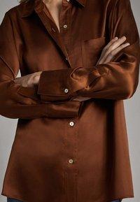 Massimo Dutti - SATINIERTES HEMD MIT TASCHE 05138532 - Overhemdblouse - brown - 3