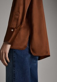 Massimo Dutti - SATINIERTES HEMD MIT TASCHE 05138532 - Overhemdblouse - brown - 6