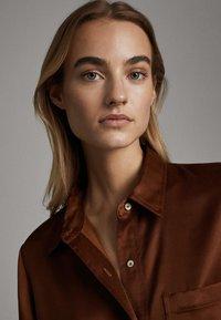 Massimo Dutti - SATINIERTES HEMD MIT TASCHE 05138532 - Overhemdblouse - brown - 4