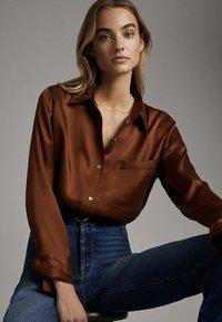 Massimo Dutti - SATINIERTES HEMD MIT TASCHE 05138532 - Overhemdblouse - brown - 2