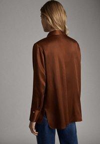 Massimo Dutti - SATINIERTES HEMD MIT TASCHE 05138532 - Overhemdblouse - brown - 1