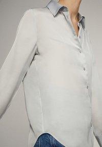 Massimo Dutti - UNIFARBENES FLIESSENDES HEMD 05111690 - Camicia - light grey - 5