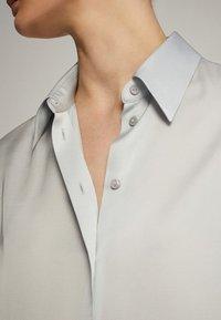 Massimo Dutti - UNIFARBENES FLIESSENDES HEMD 05111690 - Camicia - light grey - 6