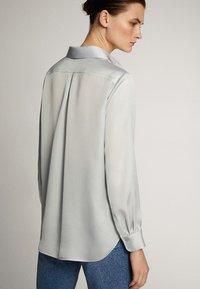 Massimo Dutti - UNIFARBENES FLIESSENDES HEMD 05111690 - Camicia - light grey - 2