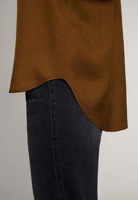 Massimo Dutti - UNIFARBENES FLIESSENDES HEMD 05111690 - Button-down blouse - khaki - 6