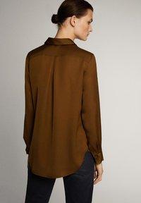 Massimo Dutti - UNIFARBENES FLIESSENDES HEMD 05111690 - Button-down blouse - khaki - 2