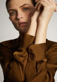 Massimo Dutti - UNIFARBENES FLIESSENDES HEMD 05111690 - Button-down blouse - khaki - 5