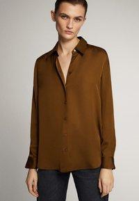 Massimo Dutti - UNIFARBENES FLIESSENDES HEMD 05111690 - Button-down blouse - khaki - 0