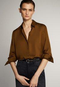 Massimo Dutti - UNIFARBENES FLIESSENDES HEMD 05111690 - Button-down blouse - khaki - 4