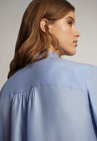 Massimo Dutti - MIT SCHLEIFENDETAIL  - Skjorta - blue - 4