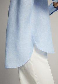Massimo Dutti - FEIN GESTREIFTES BASIC-HEMD AUS LEINEN 05102512 - Button-down blouse - light blue - 4