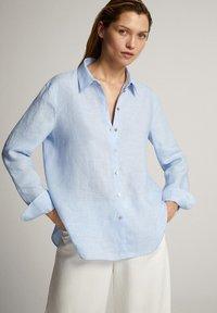 Massimo Dutti - FEIN GESTREIFTES BASIC-HEMD AUS LEINEN 05102512 - Button-down blouse - light blue - 0
