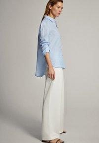 Massimo Dutti - FEIN GESTREIFTES BASIC-HEMD AUS LEINEN 05102512 - Button-down blouse - light blue - 3