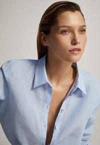 Massimo Dutti - FEIN GESTREIFTES BASIC-HEMD AUS LEINEN 05102512 - Button-down blouse - light blue - 5