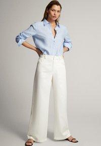 Massimo Dutti - FEIN GESTREIFTES BASIC-HEMD AUS LEINEN 05102512 - Button-down blouse - light blue - 1