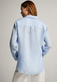 Massimo Dutti - FEIN GESTREIFTES BASIC-HEMD AUS LEINEN 05102512 - Button-down blouse - light blue - 2
