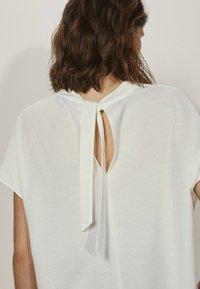 Massimo Dutti - MIT SCHLEIFE AM RÜCKEN  - T-shirt con stampa - white - 1