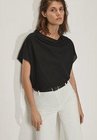 Massimo Dutti - MIT SCHLEIFE AM RÜCKEN  - Print T-shirt - black - 0