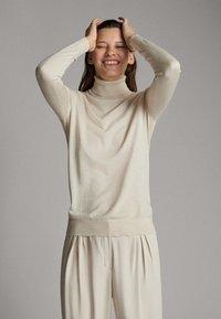 Massimo Dutti - UNIFARBENER PULLOVER AUS SEIDE WOLLE 05600520 - Sweter - beige - 3