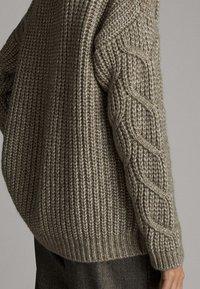 Massimo Dutti - MIT ZOPFMUSTER  - Stickad tröja - brown - 5