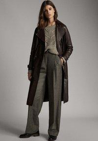 Massimo Dutti - MIT ZOPFMUSTER  - Stickad tröja - brown - 1