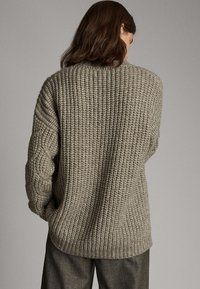 Massimo Dutti - MIT ZOPFMUSTER  - Stickad tröja - brown - 2
