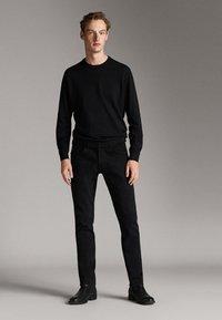 Massimo Dutti - MIT STRUKTURMUSTER - Pullover - black - 1